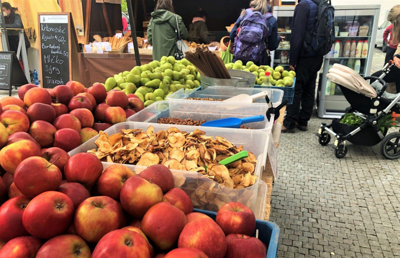 Sobota 8. 5. na Heřmaňáku – jablka a hrušky z ekologických sadů Bílé Podolí, pan Buchta, cukrářky Andělky,… a víc a víc jarní zeleniny, salátů i bylinek.