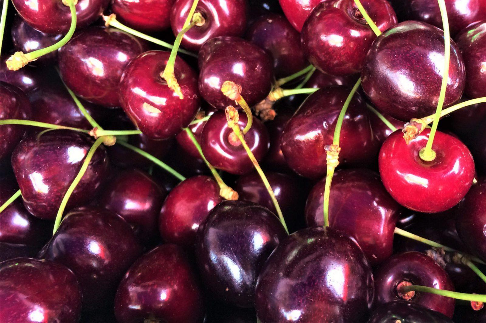 V sobotu 10. 7. na Náplavce – letní úroda, třešně, maliny, borůvky, jahody. K tomu skvělé občerstvení, káva, anebo maso na gril.